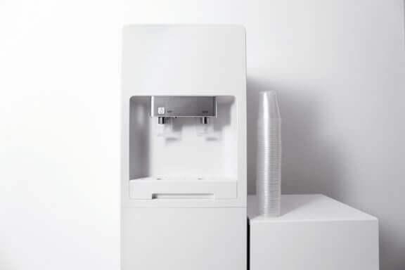 vanddispenser og plastikkopper