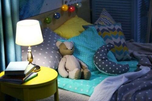 Lampe til sengebordet på børneværelset