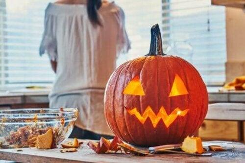 halloween-græskar på køkkenbord