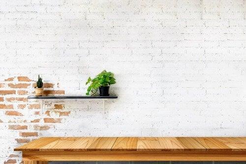 Blandede murstensvægge med et hvidt og naturligt look