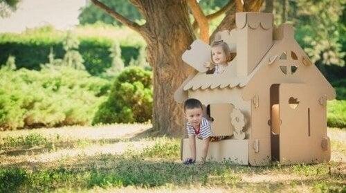 To børn leger i et legehus