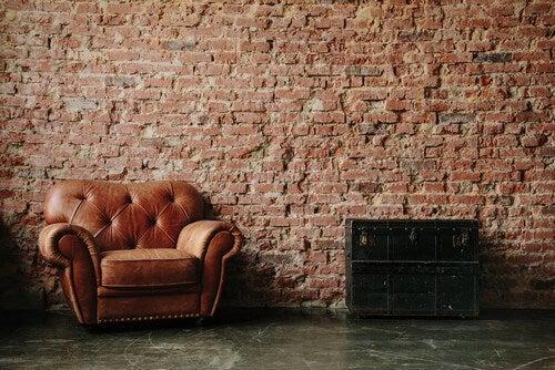 Naturlig murstensvæg skaber et vintagelook