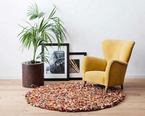 Rundt gulvtæppe lavet af filtbolde
