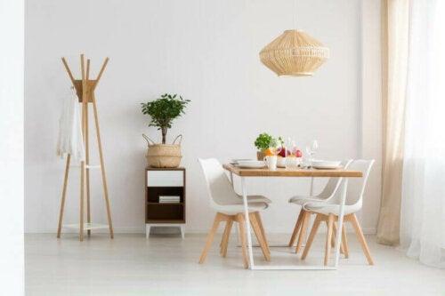 en hvid farvetone er altid et godt valg til din spisestue
