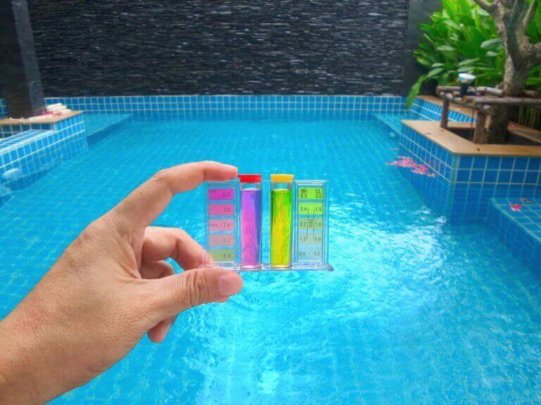 tjek af kemikalier i pool