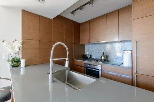 Moderne vandhane til køkkenvasken