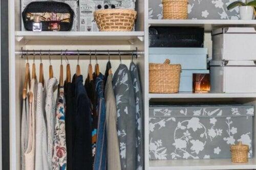 10 måder til at holde dit skab organiseret