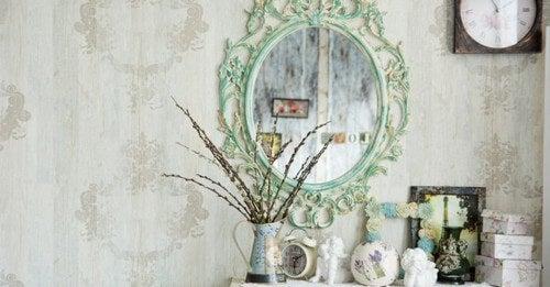 De dekorative idéer inkluderer brugen af antikke genstande