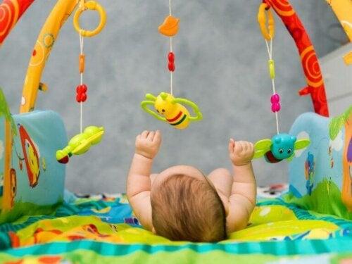 baby på aktivitetstæppe