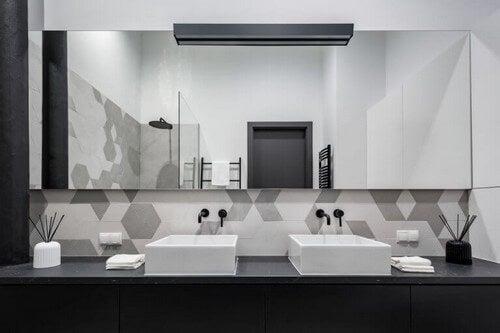 Badeværelse med sorte, grå og hvide nuancer