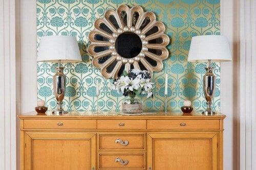 Runde spejle med rammer som blomsterblade vil se flotte ud i stuen