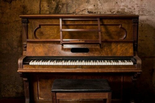 brunt klaver op mod væg