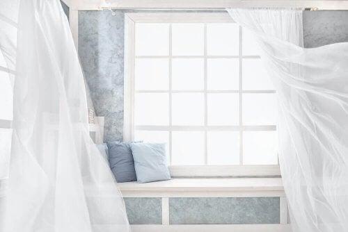 Tilføj friske, lyse gardiner til området for at få mest muligt ud af din lejlighed.