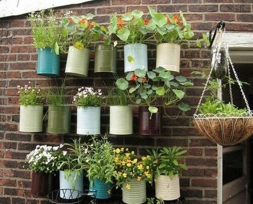 Plantekrukker lavet af blikdåser