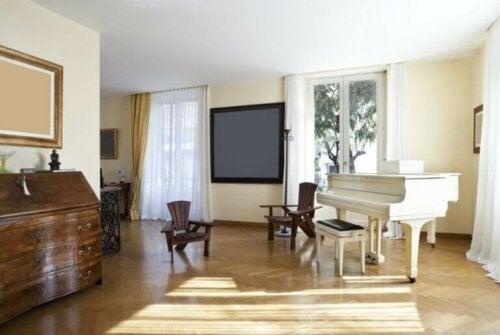 hvidt klaver i en stue