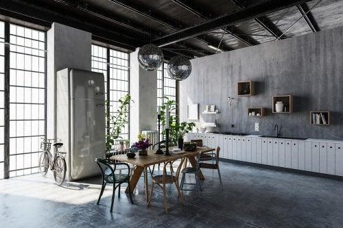 Et køkken indrettet i industriel stil.