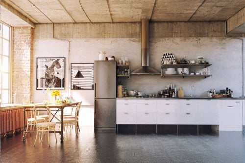 Et køkken i industriel stil på en hems.