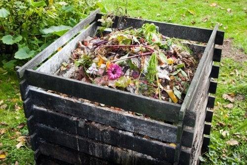 En kompostbeholder designet til at modtage affaldet fra bæredygtige muldtoiletter.