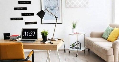 Et hvidt kontor med små farvestrejf