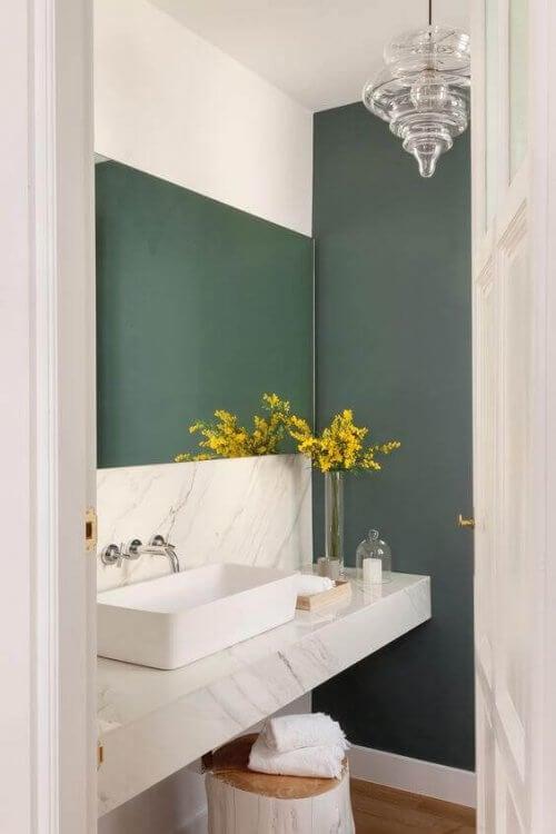 Bordplader i marmor til badeværelset, ligesom det på billedet, er meget populære lige nu.