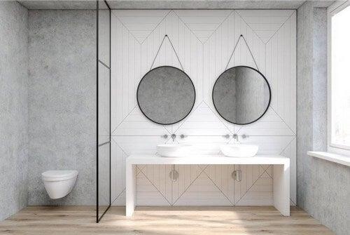 Et badeværelse i minimalistisk stil