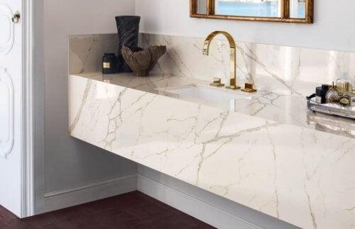 Bordplader til badeværelset af Corian, som den på dette foto, er meget attraktive at se på og meget rene.