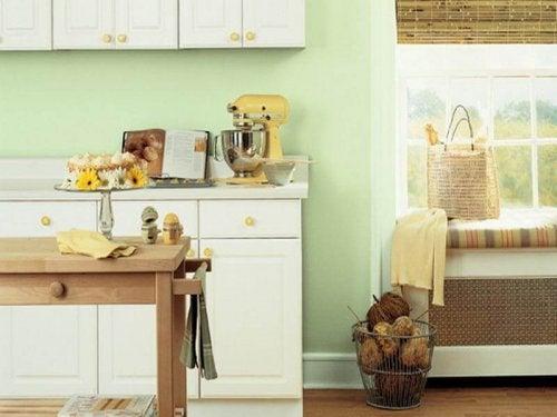 Et pastelfarvet køkken.