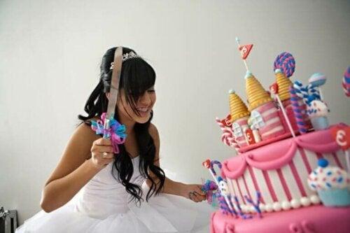 pige med kæmpe kage