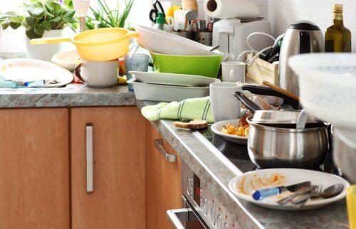 Et beskidt køkken.