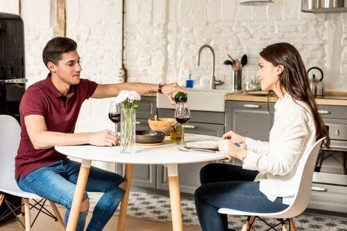Par holder en romantisk middag sammen