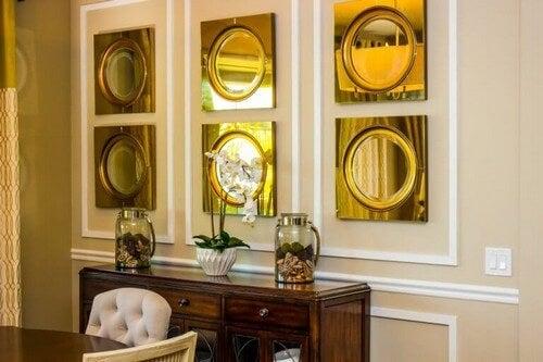 Runde spejle i stuen