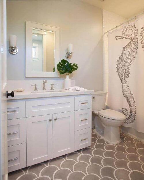 At tilføje brusegardiner med billeder af søheste på dem (som dem på dette billede) er en god måde at tilføje dette element på, hvis du indretter dit hjem med søheste.