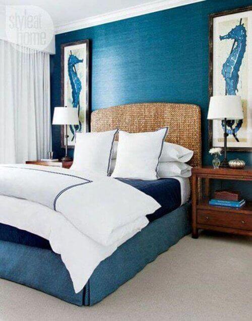 To billeder med søheste på væggen i et soveværelse.