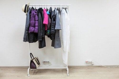 Tøjstativ med bøjlestang og skostativ