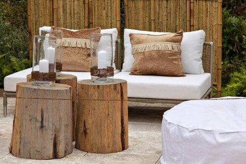 Udendørsmøbler i træ er ideelle, når man har gæster på besøg