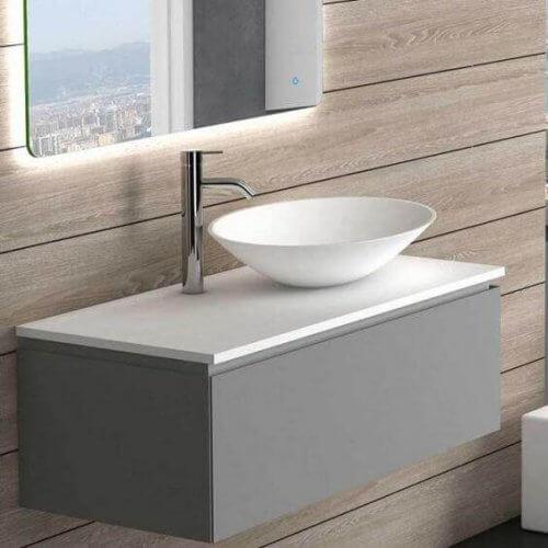 Et badeværelse med bordplade af silikat.