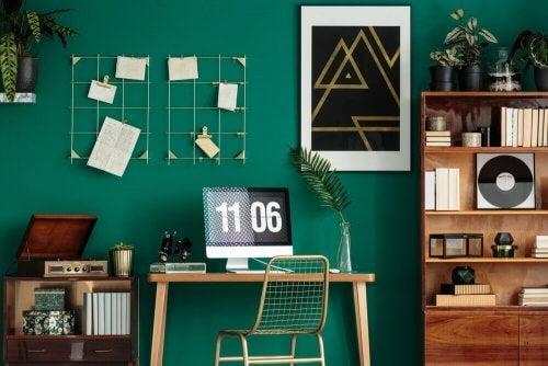 Smaragdgrøn væg ved skrivebord
