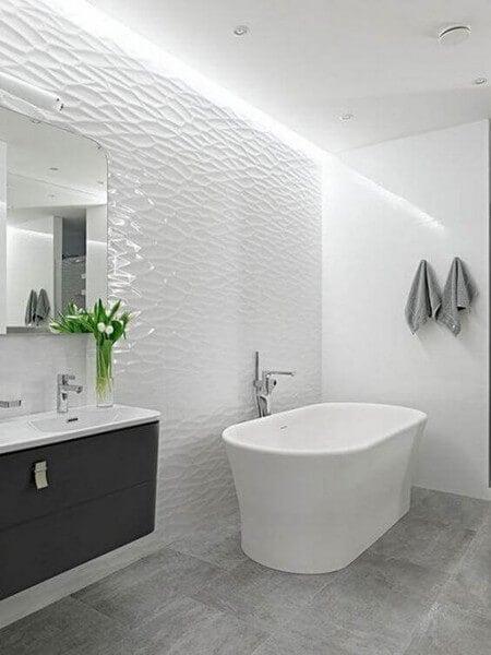 Moderne badeværelse med badekar