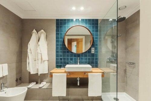 Moderne badeværelse med rundt spejl
