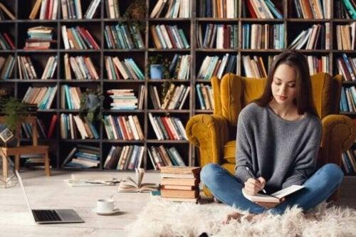 kvinde der skriver i en bog