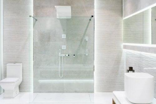 Du kan modernisere dit badeværelse med en stor brusekabine