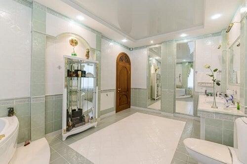Stort og luksuriøst badeværelse