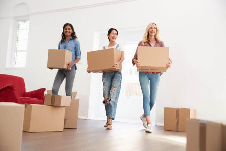 3 studerende kvinder er ved at flytte ind sammen i en studielejlighed.