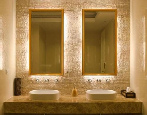 Et badeværelse med to håndvaske og to spejle