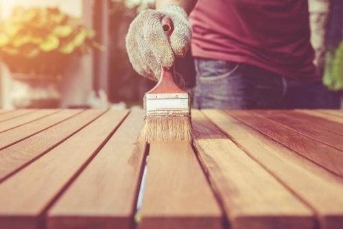 Person lakerer træmøbel