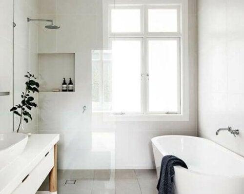 badeværelse med bruser og badekar