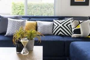 blå sofa med farvede dekorationer