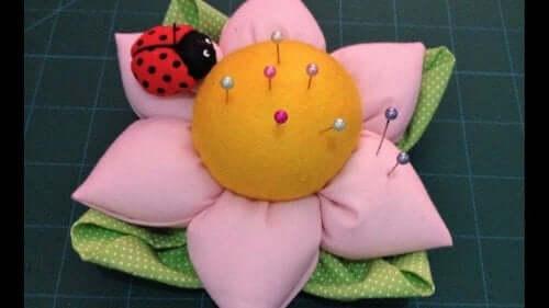 her ses en nålepude i form af en blomst