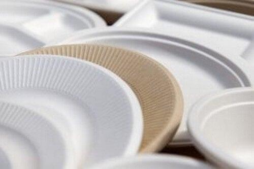 Vælg engangsservice i pap i stedet for plastik for at reducere plastikspild i hjemmet