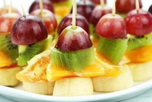 frugt på spyd. du kan lave disse frugtspyd til dine gæster